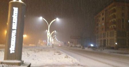 Akşam saatlerinde etkili olan kar yağışı hayatı olumsuz etkiledi
