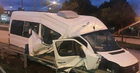 Dolmuş minibüs bariyere çarptı: 5 yaralı