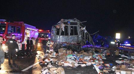Düzce'de kargo kamyonu otobüsle çarpıştı; 2 ölü 26 yaralı