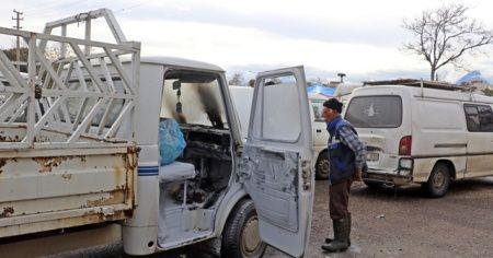 Halk pazarında park halindeyken yanan kamyonet, paniğe neden oldu