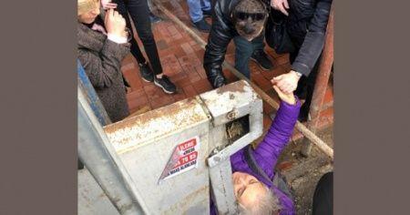 İskeleden kopan demir parçası yaşlı kadının üzerine düştü