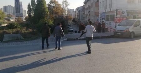 İstanbul'da şaşırtan görüntü! Kucaklayıp karşıdan karşıya geçirdi
