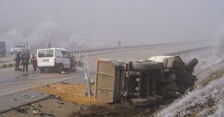 Minibüs ile çakıl taşı yüklü kamyon çarpıştı