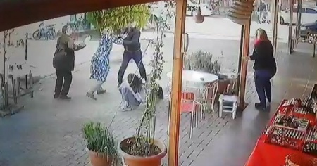 Öfkeli baba, kızlarını dövmekle suçladığı kız öğrencileri böyle kovaladı