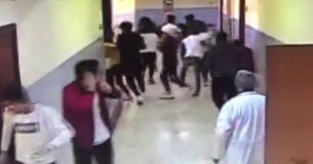 Okul koridorunda yaşanan korku dolu anlar kamerada