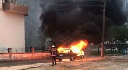 Şanlıurfa'da park halindeki otomobil alev topuna döndü