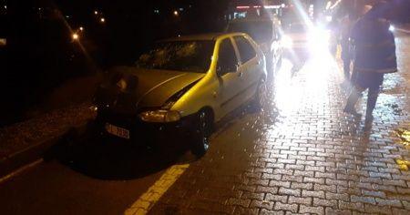 Seyir halindeki tıra çarpan otomobilin sürücüsü yaralandı