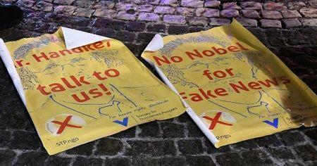 Sırp savaş suçlularını savunan Peter Handke'ye Nobel ödülü verilmesine tepkiler