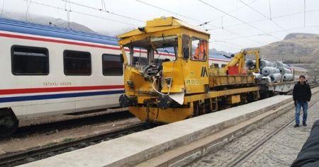 Sivas'ta demir yolunda iş makinesiyle mobil araç çarpıştı: 1 ölü, 7 yaralı
