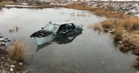 Tırla çarpışan otomobil su birikintisine düştü: 2 yaralı