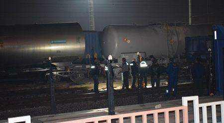 Vagonların üstünden atlayan genç yüksek gerilim hattına kapıldı