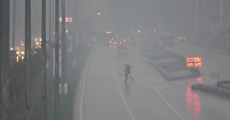 Yoğun sis bastırdı! Göz gözü görmedi