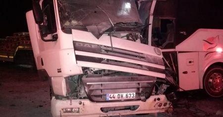 Yolcu otobüsü ile kamyonet çarpıştı