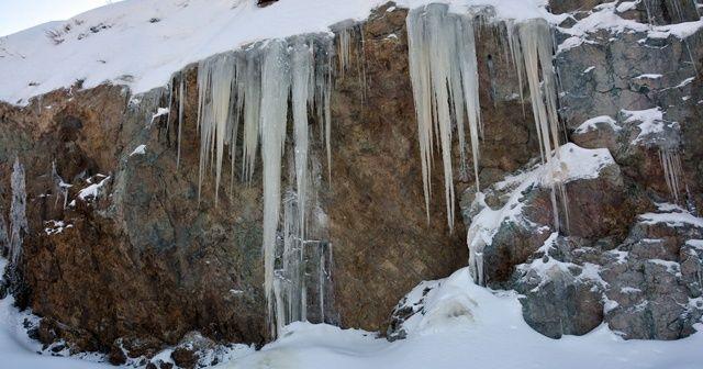 5 metre uzunluğundaki buz sarkıtları şaşırtıyor
