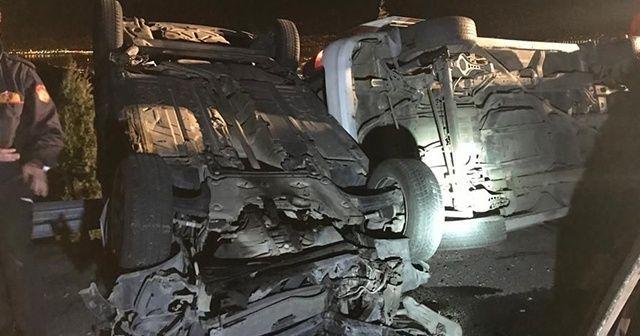 Arızalanan 2 otomobili taşıyan çekici devrildi
