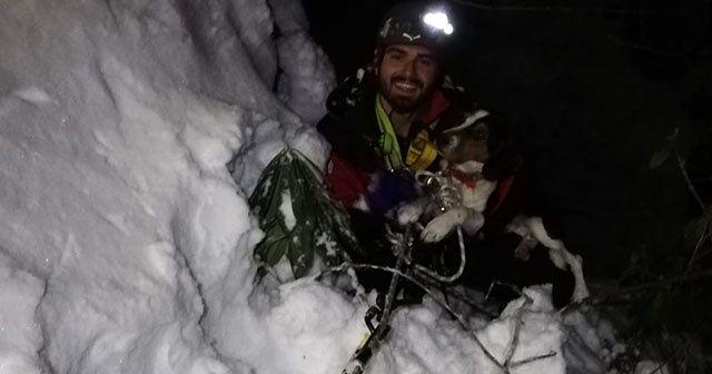 Buz tutmuş derede mahsur kalan köpeği AKUT kurtardı