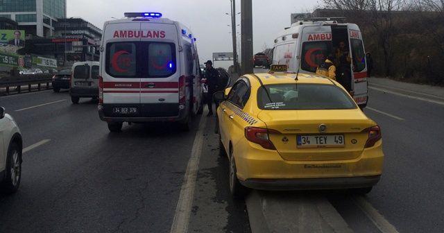 E-5'te ticari taksi aydınlatma direğine çarptı