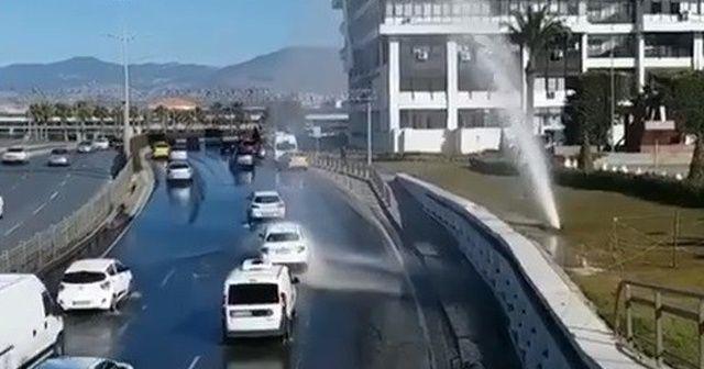 İzmir'de su borusu patladı! Sürücüler fışkıran suyla araçlarını yıkadı