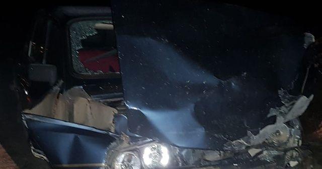 Kamyonetle otomobil çarpıştı