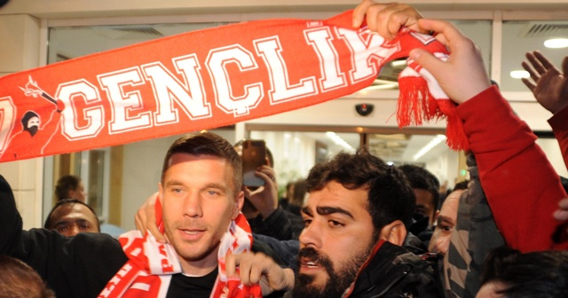 Lukas Podolski'yi resmen açıkladılar