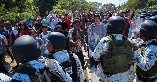 Orta Amerikalı göçmenler Meksikalı güvenlik güçleriyle çatıştı