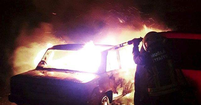 Park halindeki araçta yanarak can verdi