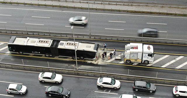 Seyir halindeki metrobüsün motor kısmında yangın çıktı
