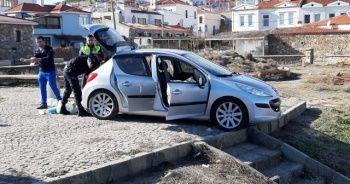 Aracını denize sürdü, camı kıran polis son anda kurtardı