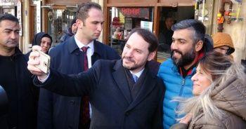 Bakan Albayrak özçekim yaptı, gazetecilerle simidini bölüştü