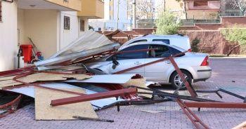 Kahramanmaraş'ta şiddetli rüzgar çatıları uçurdu, ağaçları yerinden söktü