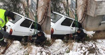 Kontrolden çıkan otomobil eve çarparak durabildi