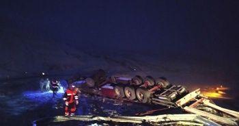 Tendürek Geçidi'nde tır şarampole yuvarlandı: 1 ölü