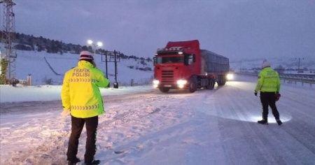 Bolu-Zonguldak kara yolu kar yağışı nedeniyle tır geçişine kapatıldı