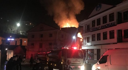 Bursa'da 3 katlı metruk bina yandı