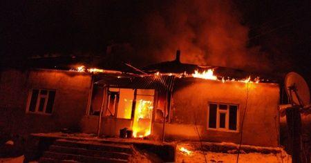 Cinnet getiren kadın evini ateşe verdi