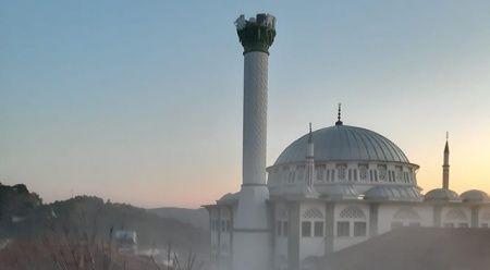 Depremde hasar gören cami minaresi kontrollü şekilde yıkıldı