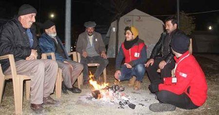 Depremzedelerin çadırlarda gece yaşantısı
