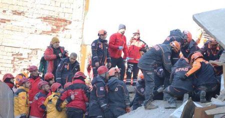 Elazığ'da kurtarma çalışmaları sürüyor! 19 saat sonra sağ çıkarıldı
