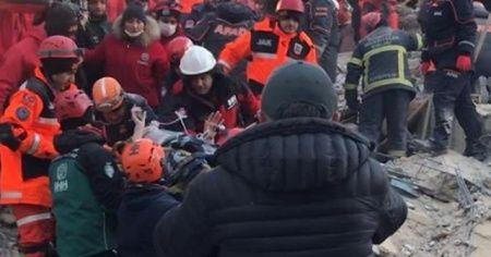 Elazığ'da yıkılan binanın enkazından yaralı çıkarılan kadın tedavi altına alındı