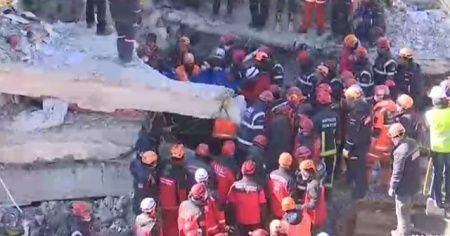 Elazığ Sürsürü Mahallesi'nde 3 kişi enkazdan çıkarıldı