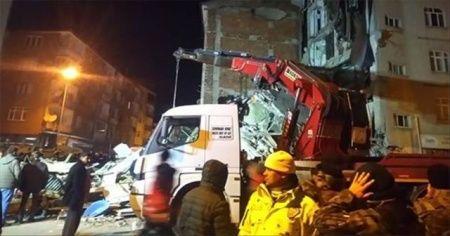Gezin köyünde çöken binanın enkazından 2 kişi sağ çıkarıldı