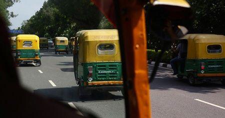 Hindistan'da otobüs ile 'tuk tuk' çarpıştı: 27 ölü