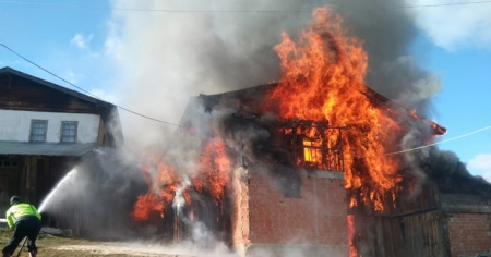 İki ev alev alev yandı