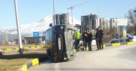 Isparta'da virajı alamayan otomobil yan yattı: 2 yaralı