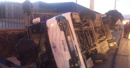 İzmir'de servis aracı devrildi