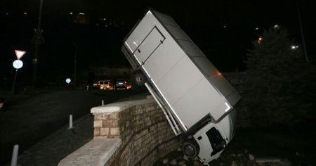 Kağıthane'de kontrolden çıkan kamyonet parkın duvarında asılı kaldı