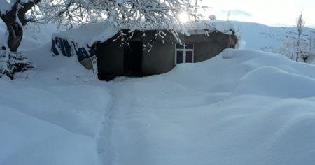 Kar kalınlığı 2 metreyi geçti! Evler kar altında kaldı