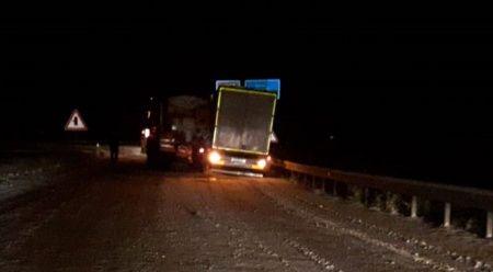Kar küreme aracı kaza yaptı, trafik kapandı