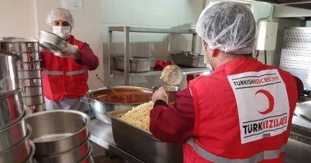 Kızılay, deprem bölgesinde sıcak yemek dağıtımına başladı