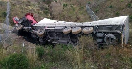 Kuzey Marmara Otoyolu'nda tır devrildi